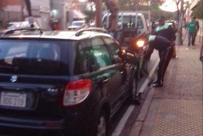 Retiran vehículos mal estacionados frente a instituciones educativas