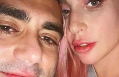 Medio lo confundió con el novio de Lady Gaga y él le pidió ayuda a la cantante para desmentir la noticia