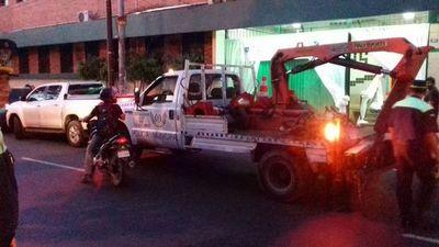 Operativo Retorno a Clases: Llevan con grúa los autos estacionados en doble fila frente a colegios
