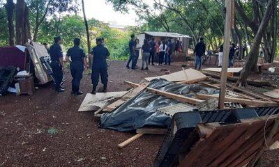Municipalidad de CDE desaloja plaza y anuncia construcción de albergue en el lugar