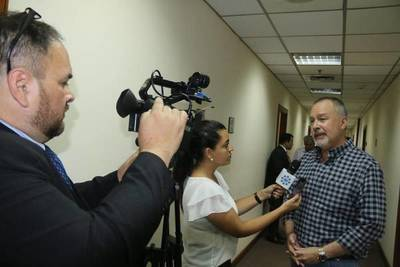 Fiscalía abriría hoy una investigación en contra de Efraín Alegre por falsificación de facturas