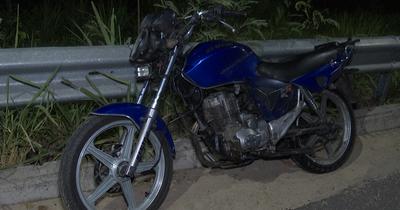 Joven motociclista iba chateando y chocó sobre autopista Ñu Guazú