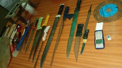 Incautan machetes y un aparato celular en la penitenciaría Regional de San Pedro