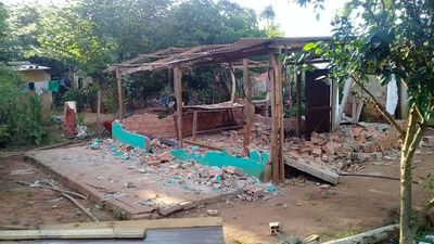 Denuncian que vecinos demolieron vivienda de una humilde familia en J. A. Saldívar