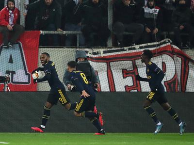 Arsenal golpea sobre el final en Grecia