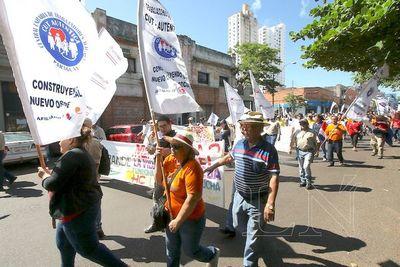 """Funcionarios públicos marchan en reclamo de sus """"beneficios"""" extra"""