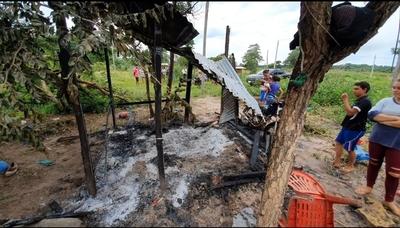 Rayo incendia dos precarias viviendas y mata animales