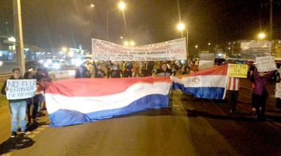 Manifestación de repudio contra políticos corruptos en el Km 7 de CDE