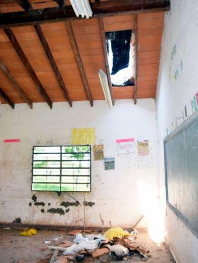En escuelas al borde del derrumbe, la educación del país se cae