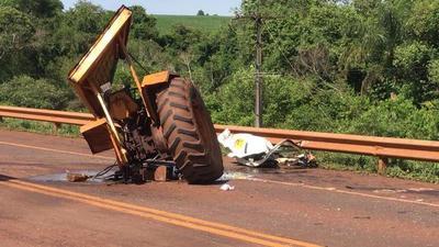 Camión choca contra tractor: accidente en Pirapey