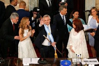 Peronista Fernández asume presidencia con el desafío de encarrilar economía de Argentina