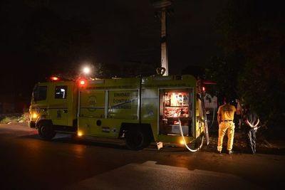 Bomberos logran contener llamas en incendio de vivienda en Lambaré