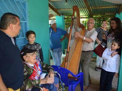 Héroe recibe serenata  por cumplir  102 años