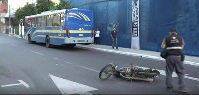 Motociclista muere tras ser arrollado por un bus