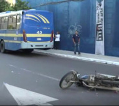 Motociclista muere tras ser arrollado por un ómnibus