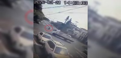 ¡Impactante! Motociclista choca contra carrocería de un camión