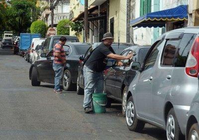 Cuidacoches analizan medidas a tomar tras decisión de Municipalidad