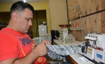 HOY / El diseñador que confecciona ropa para mujeres desde la penitenciaría