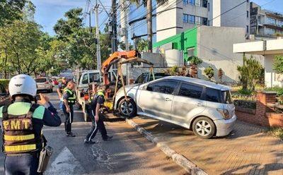 PMT retira vehículos estacionados en la vereda