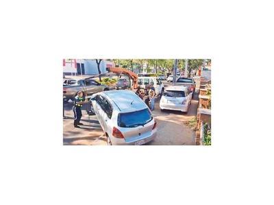 Con grúas, la PMT despeja veredas obstruidas por autos de fanáticos