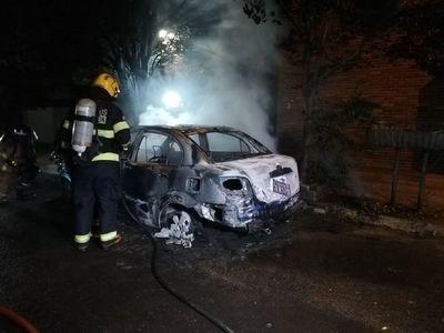 Auto ardió en llamas en Asunción