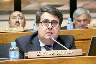 """Policías acusan a diputado liberal de """"huir"""" de barrera en confuso incidente"""