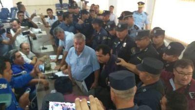 Más policías que concejales en la Sala de Sesiones de la Junta Municipal