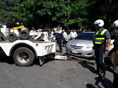 PMT notifica a cuidacoches y procede a llevar vehículos mal estacionados al corralón