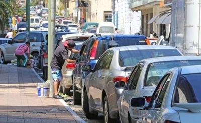 """HOY / Unos 1.300 cuidacoches cerrarán calles mañana, si no les dejan """"trabajar"""""""