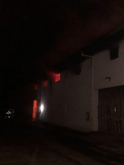 Voraz incendio consumió depósito de CDE