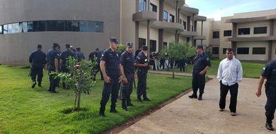 Policías rodean municipalidad de Pedro Juan