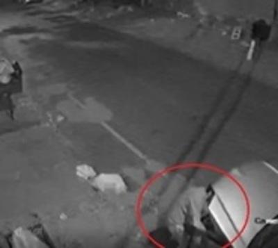 Solitario ladrón roba la batería de un auto en menos de 7 minutos