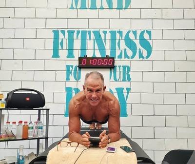 Hombre de 62 años bate el récord Guinness haciendo plancha