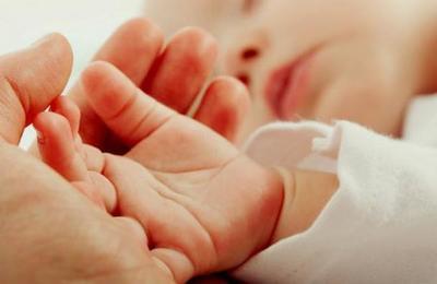 La foto viral de una bebé que mira al médicocon cara de 'pocos amigos' a los segundos de nacer