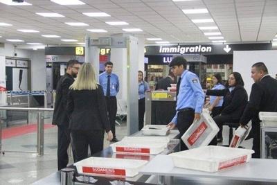HOY / Extreman cuidados en el aeropuerto ante temor por ingreso de coronavirus