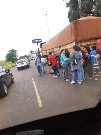 Guarda de colectivo embistió por un tractocamión