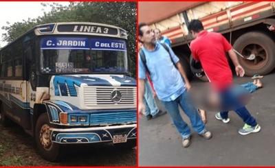 Adolescente queda grave tras chocar contra un camión