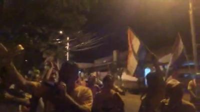 """Escrachadores tratan de """"popinda"""" a Duarte Frutos"""