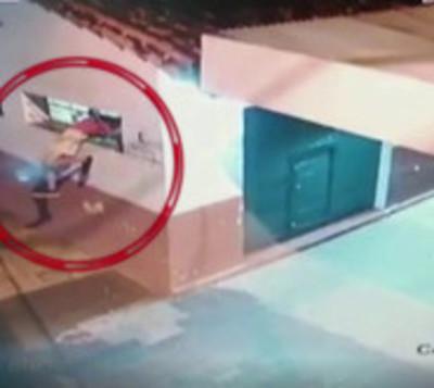 Ladrón de goma: No lo detuvo ni la reja ni la ventana angosta