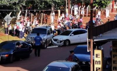 Ebria al volante embiste contra vehículo estacionado