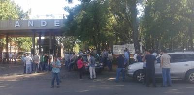 HOY / Funcionarios de la Ande protestan por incumplimientos y piden mayor seguridad