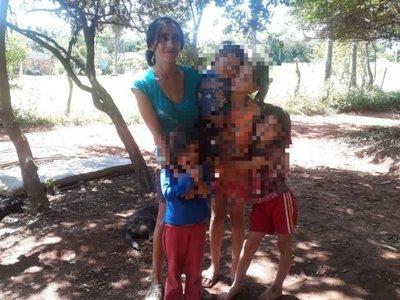 Itauguá: En plena lluvia echan a la calle a toda una familia