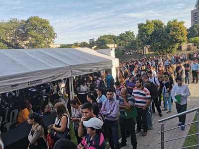Multitudinaria concurrencia de jóvenes en la primera maratón de empleo