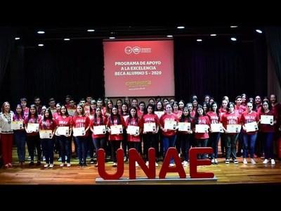 PROGRAMA DE EXCELENCIA DE LA UNAE ENTREGA 56 BECAS UNIVERSITARIAS.