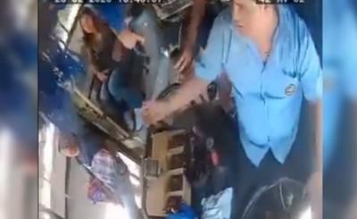 Vendedor ambulante y chofer cómplices en hurto y extorsión a pasajero