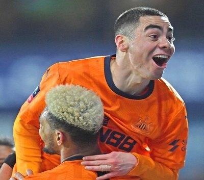 Doble golazo de Almirón para Newcastle