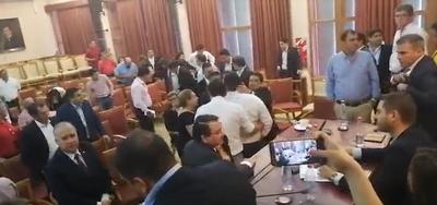 Apoderado del movimiento de Riera denuncia que un diputado le pateó