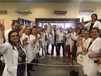Médicos se encadenan exigiendo reglamentación de ley de jubilación
