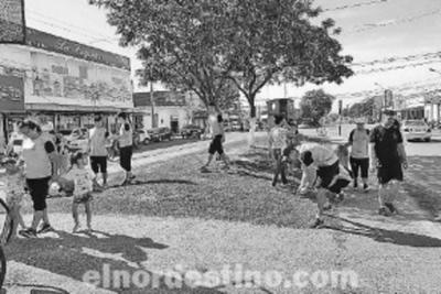 Jóvenes voluntarios extranjeros pertenecientes al Comedor de Niños Esperanza Viva limpian calles de Concepción
