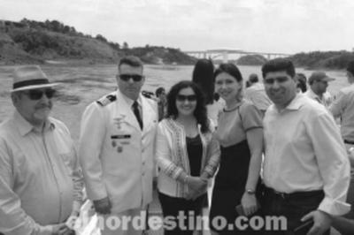 Nueva opción turística en la zona de la triple frontera une a Paraguay y Argentina mediante un catamarán